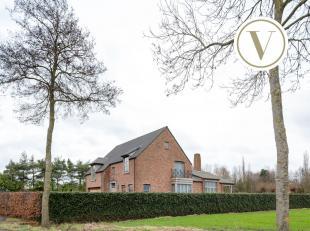 Badend in het groen bevindt zich deze klassevolle villa. In het jaar 2006 werd dit ruim, vrijstaand huis langs de Waterpolder te Middelburg op een per