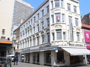 Prachtig woonappartement (120m2) gelegen langs de beste winkel-wandelstraat van Oostende, op 2 min stappen van zee, station, Wapenplein, ...<br /> Het