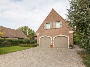 In het landelijke deel van Zingem, Ouwegem, vinden we dit ruim alleenstaand huis te koop. Het perceel beslaat een oppervlakte van 966 m² en is om