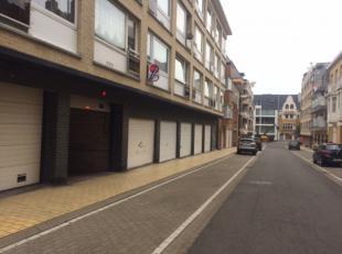 Ruime afgesloten garagebox in de Residentie Providence met ingang in de Gentstraat (zijstraat van de Koninginnelaan en Leopoldlaan).<br /> Lengte: 5,7