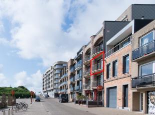 Dit recente 2-slaapkamer appartement te koop te Oostende met open zicht over de duinen, het Ensorkerkje en zijdelings zeezicht, is gelegen langs de Do