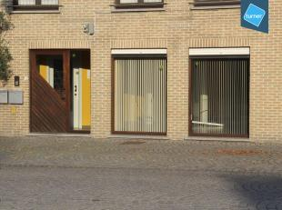 Handelsgelijkvloers van 70 m² te huur in het centrum van Bellem. <br /> <br /> INDELING: <br /> <br /> - inkomhal<br /> - handelsruimte (30 m&sup