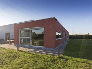 Recente woning met bedrijfsgebouw te koop in Bavikhove op totale grondopp. van 2.535m². <br /> <br /> Woning (bouwjaar 2006)<br /> Indeling:<br /