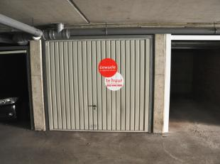Garagebox (nr. 4) met plaats voor 1 wagen in de Hoedenmakersstraat <br /> <br /> Afmetingen:<br /> - Lengte: 5,00m<br /> - Breedte: 2,50m<br /> - Hoog