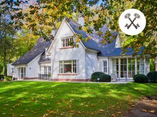 Statige villa met 5 slaapkamers, ruime dubbele garage voor 2 wagens en een prachtige aangelegde tuin. Deze in het groen gelegen villa te koop is omgev