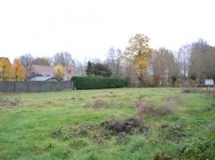 Bouwgrond te koop nabij het centrum van Oekene. Dit perceel heeft een oppervlakte van 797 m². Deze bouwgrond is rustig gelegen en vlot bereikbaar