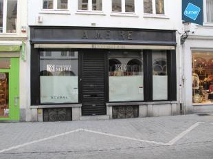 Handelspand op toplocatie nabij Eiermarkt in het centrum van Brugge (vroegere MEIRE winkel).<br /> <br /> Handelspand bestaande uit:<br /> - ruime kel
