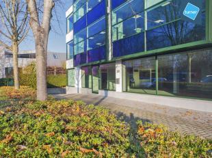 Gelijkvloers kantoor / showroom (430m²) met inpandige kelder (ca. 160m²) gelegen op de kruising van de Torhoutse Steenweg en de Expressweg.