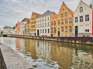 Deze verborgen vastgoedparel is gelegen vlakbij de Spinolarei in hartje Brugge. Het appartement werd gerestaureerd, waardoor authentieke charme-elemen