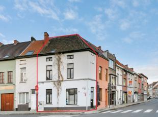Deze eengezinswoning gelegen te Gent heeft een heel goede verbinding met belangrijke invalswegen zoals de kleine stadsring en de R4. Rondom zijn er in
