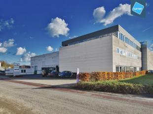 Groot bedrijfsgebouw bestaande uit een logistiek magazijn met kantoorruimte te huur op centrale ligging in Aalter, ideale locatie tussen Brugge en Gen