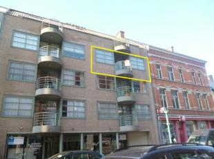 Ruim appartement gelegen in het centrum van Roeselare. Dit appartement bevindt zich op wandelafstand van het winkelcentrum, de handelsketens, het stat