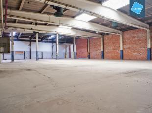 Ruim en goed onderhouden magazijn van 995m² te huur op een goed bereikbare locatie in Aalter nabij de N44. <br /> <br /> Afwerking:<br /> - Autom