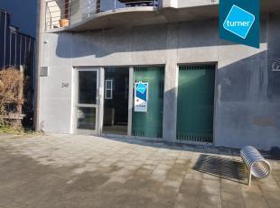Goed onderhouden centraal gelegen handelsgelijkvloers te huur in Koksijde op vandaag ingericht als bankkantoor. <br /> <br /> Het pand heeft een hande