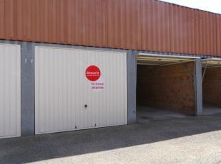 Bovengrondse afgesloten garageboxen met manuele kantelpoort (€ 45.000) te koop op een gunstige locatie langs de Hoedenmakersstraat nabij de Augustijne