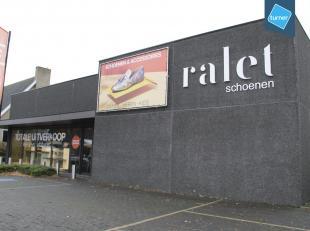 Baanwinkel (960m²) te huur op de Maalse Steenweg in Brugge.<br /> <br /> Gelegen tegenover winkelpark met Carrefour, Brico, Media Markt, Lunch Ga