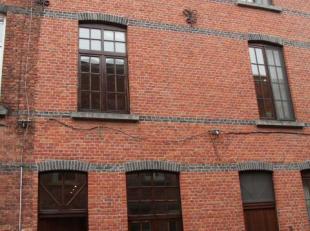 Deze goed onderhouden rijwoning staat te huur in de stadsrand van Gent. <br /> De woning beschikt over een knusse leefruimte met aansluitend de keuken