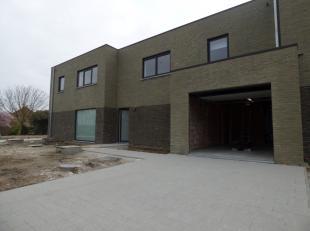 Deze moderne nieuwbouwwoning te Oudenaarde beschikt over 3 slaapkamers, een leefruimte met open keuken en een ruime badkamer. <br /> De woning is in e