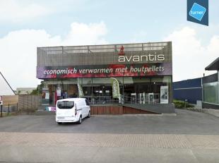 Commerciële eigendom te koop bestaande uit toonzaal met achtergelegen loods/magazijn + appartement op een totale grondoppervlakte van 2.230m&sup2