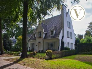 Badend in het groen van een impressionante bomenrij bevindt zich deze goed onderhouden, stijlvolle villa. In het jaar 1957 werd dit ruim, vrijstaand h