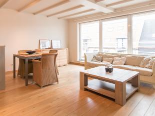 Appartement duplex avec 2 chambres et grandes terrasses à Bredene. Situé dans la Peter Benoitlaan au 3ème étage. Proche de