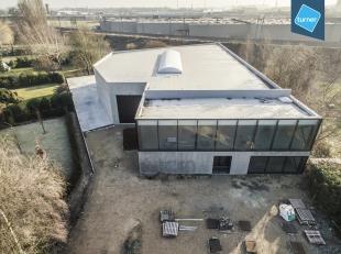 Nieuwbouw magazijn te koop in Harelbeke op een totale grondoppervlakte van +/- 2.450 m².<br /> <br /> Indeling:<br /> * magazijn 1.100m²<br