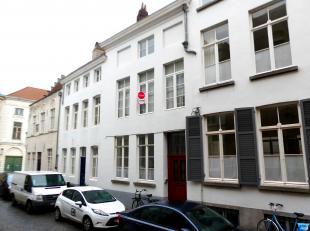 Statige burgerwoning te huur met 2 slaapkamers, gezellig koertje in centrum Brugge! Het huis geniet een ruime, karaktervolle leefruimte op de eerste v