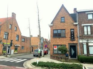 Charmant en ruim huis te huur op een ideale locatie in Brugge. Het huis biedt u 3 slaapkamers, een ruime woonkamer met aparte bureauruimte en een tuin