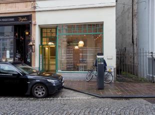 Handelsgelijkvloers op commerciële ligging in het centrum van Brugge. Een handelspand met net iets meer charme! <br /> <br /> Indeling:<br /> Gel