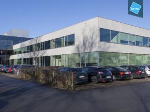 Instapklare kantoorruimte (790m²) te huur op eerste verdieping, langs de Expressweg van Brugge.<br /> <br /> INDELING:<br /> - Kantoorruimte (650