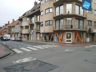 Handelspand van ca. 150m² op de hoek van de Noordstraat en de Désiré Mergaertstraat te Roeselare.<br /> <br /> Omvat:<br /> - grote