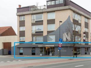 Handelsgelijkvloers van 478 m² te koop in het centrum van Harelbeke. <br /> <br /> Indeling:<br /> - Winkelruimte 76m²<br /> - Werkplaats 27