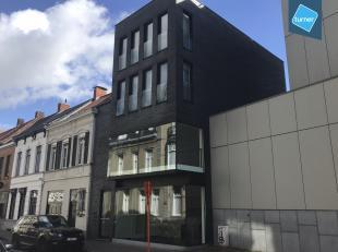 Modern en lichtrijk gebouw te koop bestaande uit een handelspand op het gelijkvloers en 1e verdiep en bovenliggend 2 studio's en 1 appartement gelegen