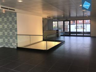 Modern en lichtrijk gebouw te koop bestaande uit een horecagelegenheid op het gelijkvloers en 1e verdiep en bovenliggend 2 studio's en 1 appartement g