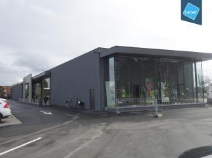Deze nieuwbouw winkelruimte is gelegen in een handelscomplex langs de N9.<br /> In het winkelcomplex zijn reeds gevestigd: Overstock, Concept Fashion
