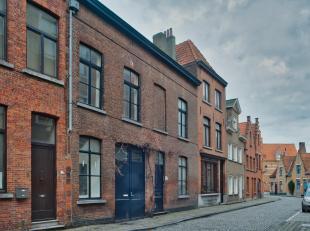 Deze ruime burgerwoning te koop, met 3 slaapkamers en in te richten zolderruimte, garage en zonnige stadstuin, is gelegen in de Sint-Clarastraat, in h
