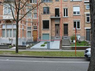Deze burgerwoning gelegen te Kortrijk ligt in het mooie groen van het Koningin Astridpark. De woning werd recentelijk volledig vernieuwd om aan de hed