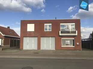 Magazijn van 300m² met bovenliggend appartement te koop in Sint-Eloois-Winkel. <br /> <br /> => Magazijn van ca. 300m²:<br /> - 12m x 25m