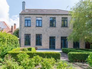 Deze ruime karaktervolle herenwoning is gelegen in De Donckerstraat te Gistel. Op enkele wandelpassen van het marktplein, handelszaken, scholen, enz..