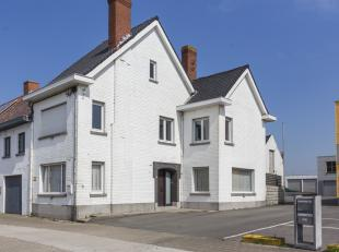 In Hulste vinden we deze halfopen bebouwing met 3 slaapkamers te koop. De lichtrijke living, de ruime slaapkamers en de zonnige koer zijn enkele van d
