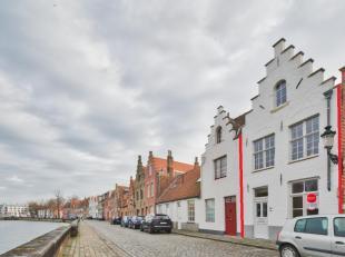 Op een oppervlakte van 117m² vinden we deze volledig gerenoveerde stadswoning te koop. <br /> Gelegen nabij het centrum en de ring van Brugge lan