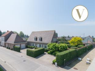 Deze uiterst klassevolle en tijdloos afgewerkte villa te koop met volledig aangelegde tuin is gelegen in een rustige woonwijk nabij het charmante cent