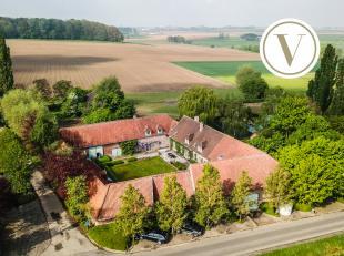 In het landelijke Sint-Denijs vindt u deze instapklare vierkantshoeve op een magnifiek domein van maar liefst 2 hectare en 87 are. De hoeve werd hoogw