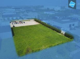Perceel industriegrond (ca. 4.750m²) te koop op IZ Herdersbrug in Brugge.<br /> <br /> Stedenbouwkundige voorschriften:<br /> - Vooraan: 10 meter