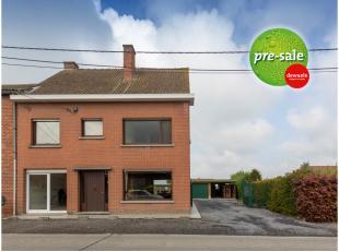 Nabij het centrum van Oekene vinden we in de Sint-Eloois-Winkelsestraat dit zeer gezellig en ruim huis terug. Het huis ligt in een rustige straat op s
