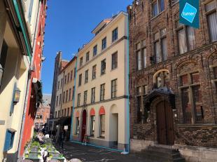 Uitzonderlijk en recent (bouwjaar 2002) immo -aanbod te koop in de Sint-Amandsstraat (zijstraat van de markt van Brugge) bestaande uit een handelsgeli