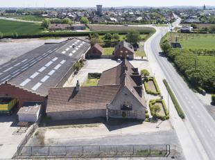 Bedrijfsgebouw met alleenstaande voorliggende villa te koop in Poperinge op 1ha21a33ca grond.<br /> <br /> BESTAANDE UIT:<br /> A)  Magazijn van 1900