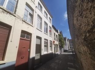 Charmante rijwoning te huur in hartje Brugge met 3 slaapkamers.<br /> <br /> Indeling:<br /> Glvl.: inkom - berging - woonkamer (21,5m²) - keuken