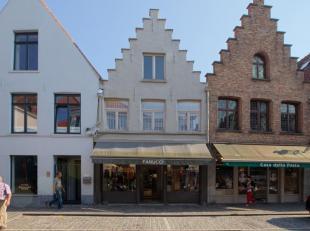 Charmant handelspand met privé-appartement, zeer goed gelegen in het centrum van Brugge.<br /> <br /> INDELING:<br /> - Kelder, <br /> - Gelijk