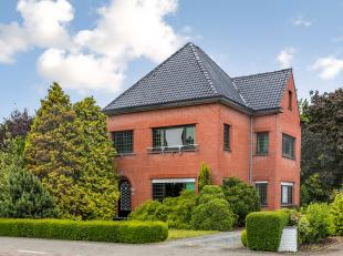 Deze charmante villa ligt op wandelafstand van het centrum van Sleidinge en fietsafstand van Evergem. Zowel de aansluiting van verschillende verbindin